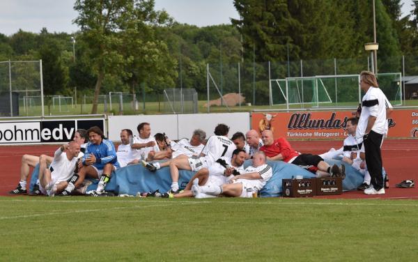 Die Classique Jungs nach dem Halbfinalspiel gegen den FC Augsburg beim Relaxen (Bild:Kerpf, Augsburg)