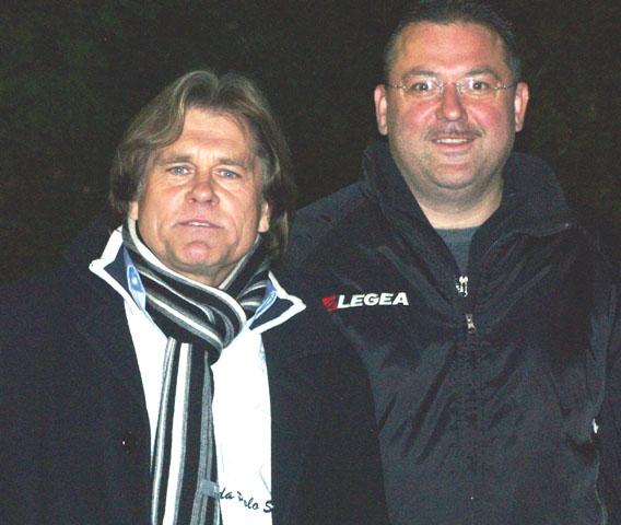 Classique Manager Helmut Wagner (links) und BSC Schwalbach Trainer Armin Watkowiak vor dem Spiel BSC Schwalbach - SG Hoechst Classique (4:4)