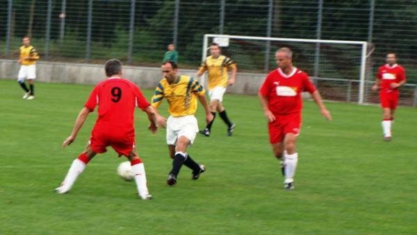 Eiko Thielecke (rotes Trikot Nr.9) und Peter Seitel versuchen einen Offenthaler Angreifer zu stoppen