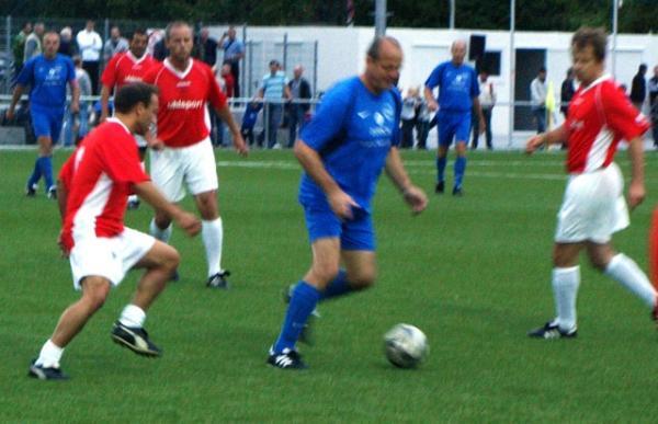 Tekin Baylan (ganz links, rotes Trikot) im Zweikampf mit Bodo Mattern. Aus SG Arheilgen/Darmstadt - SG Hoechst Classique 1:6 (1:3)